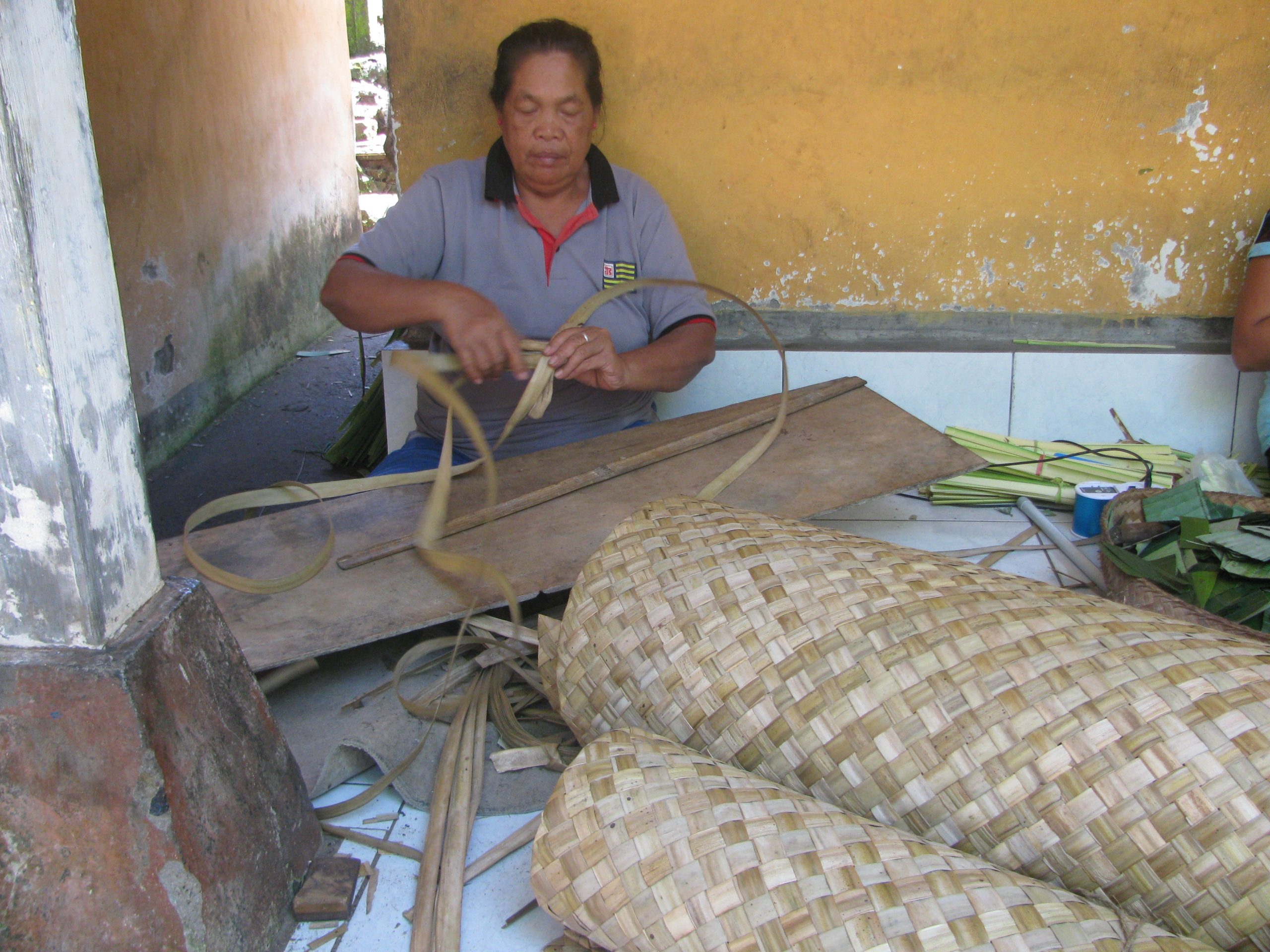 PERAJIN anyaman tikar pandan di Banjar Tanggahan Talangjiwa, Desa Demulih, Kecamatan Susut, Bangli, lesu darah akibat dirundung pandemi Covid-19. Foto: gia