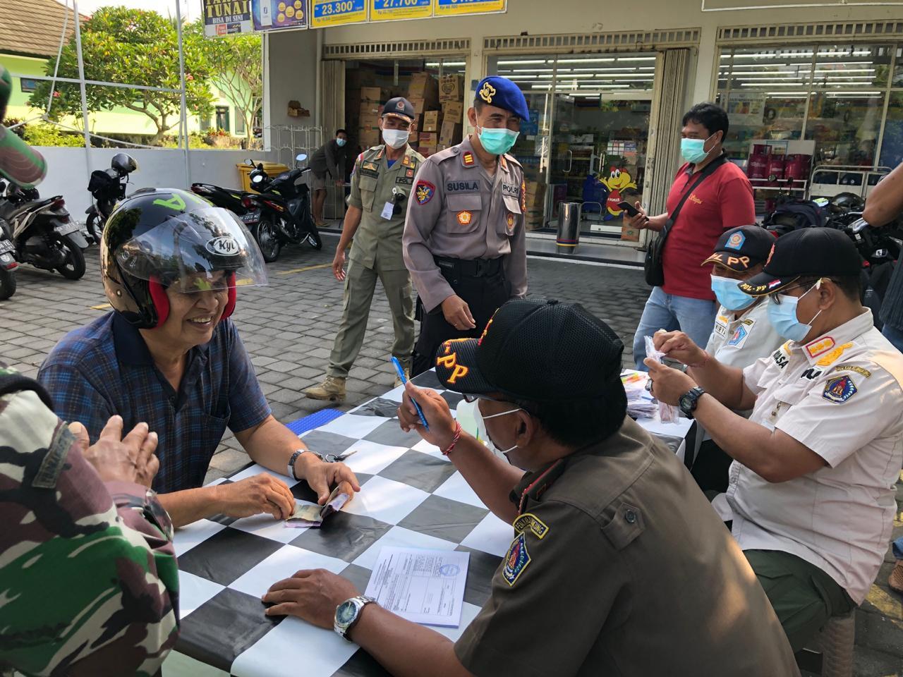 POLRES Klungkung bersama Satpol PP Klungkung menggelar Operasi Yustisi di Jalan Mada Klungkung, Kamis (3/12/2020). Foto: ist