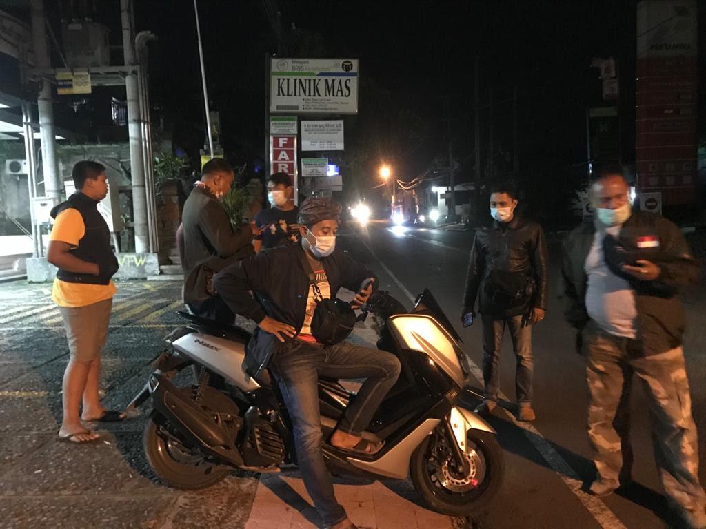 PETUGAS Polsek Ubud mengamankan motor pelaku trek-trekan di Jalan Raya Mas Ubud. Foto: ist