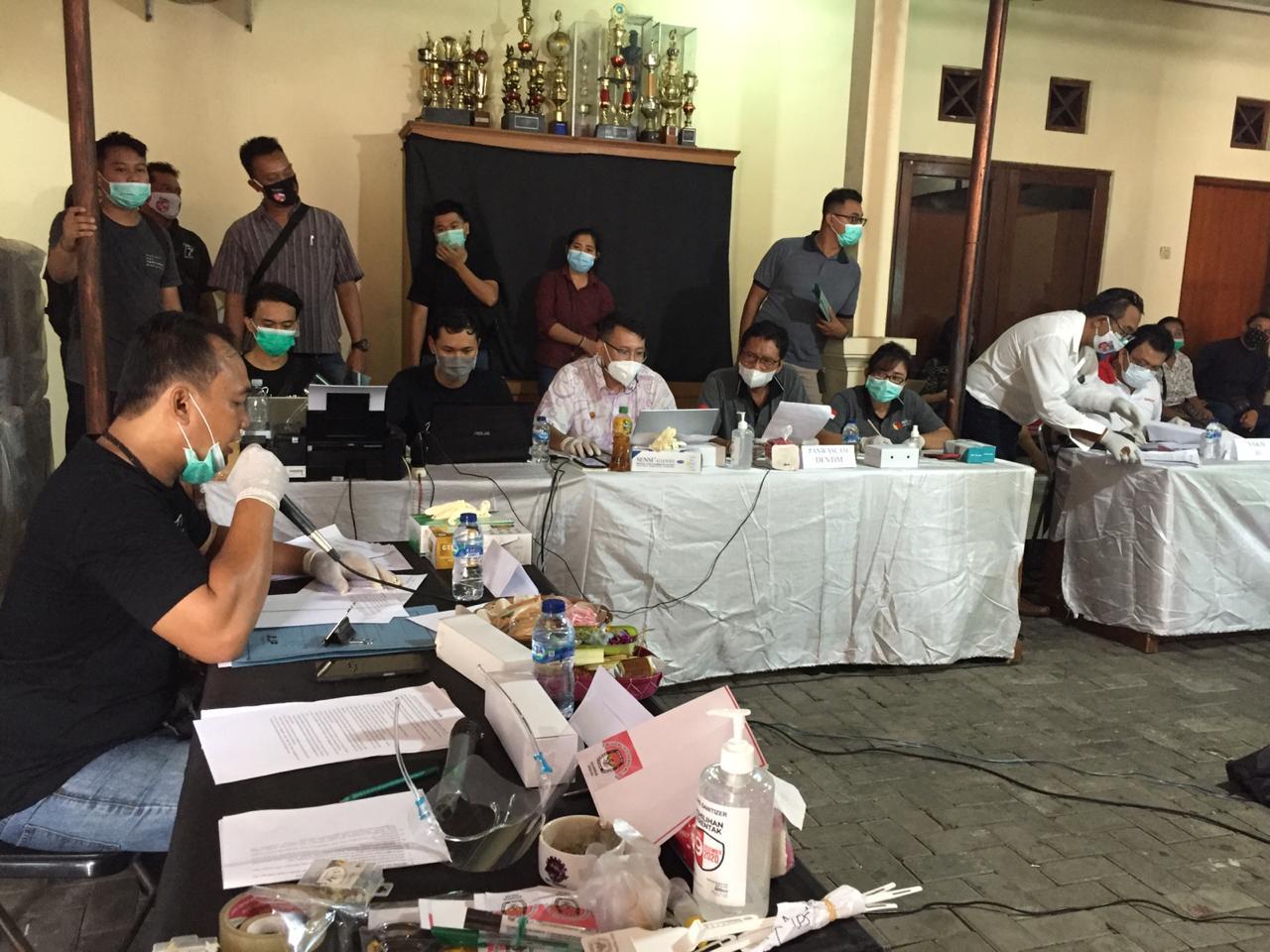PROSES pleno rekapitulasi di salah satu kecamatan di Denpasar. Tidak adanya pelanggaran saat proses rekapitulasi membuat Bawaslu Bali yakin kecil kemungkinan peluang hasil Pilkada 2020 di Bali berlanjut ke Mahkamah Konstitusi. Foto: ist