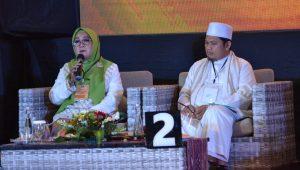 PASLON nomor urut 2, Hj. Putu Selly Andayani-TGH Abdul Manan saat menyampaikan gagasannya pada debat ketiga Pilkada Mataram, Senin (30/11/2020) malam. Foto: rul