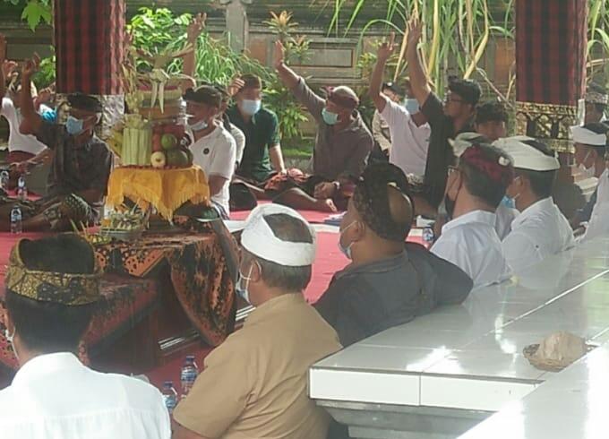 PARUMAN pemilihan Bendesa Adat Keramas di wantilan Pura Desa Keramas. Foto: ist
