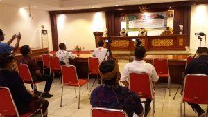 GTPP Covid-19 Kabupaten Tabanan bersama Direktur Poltrada Bali ketika menggelar jumpa pers di Ruang Rapat Kantor Bupati Tabanan, Kamis (3/12/2020). Foto: gap