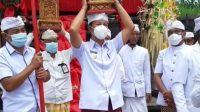 PJS Bupati Karangasem, I Wayan Serinah, turut ngayah saat upacara penyineban penyeeb Brahma di Pura Kiduling Kreteg, Desa Besakih, Kecamatan Rendang, Kamis (3/12/2020). Foto: ist