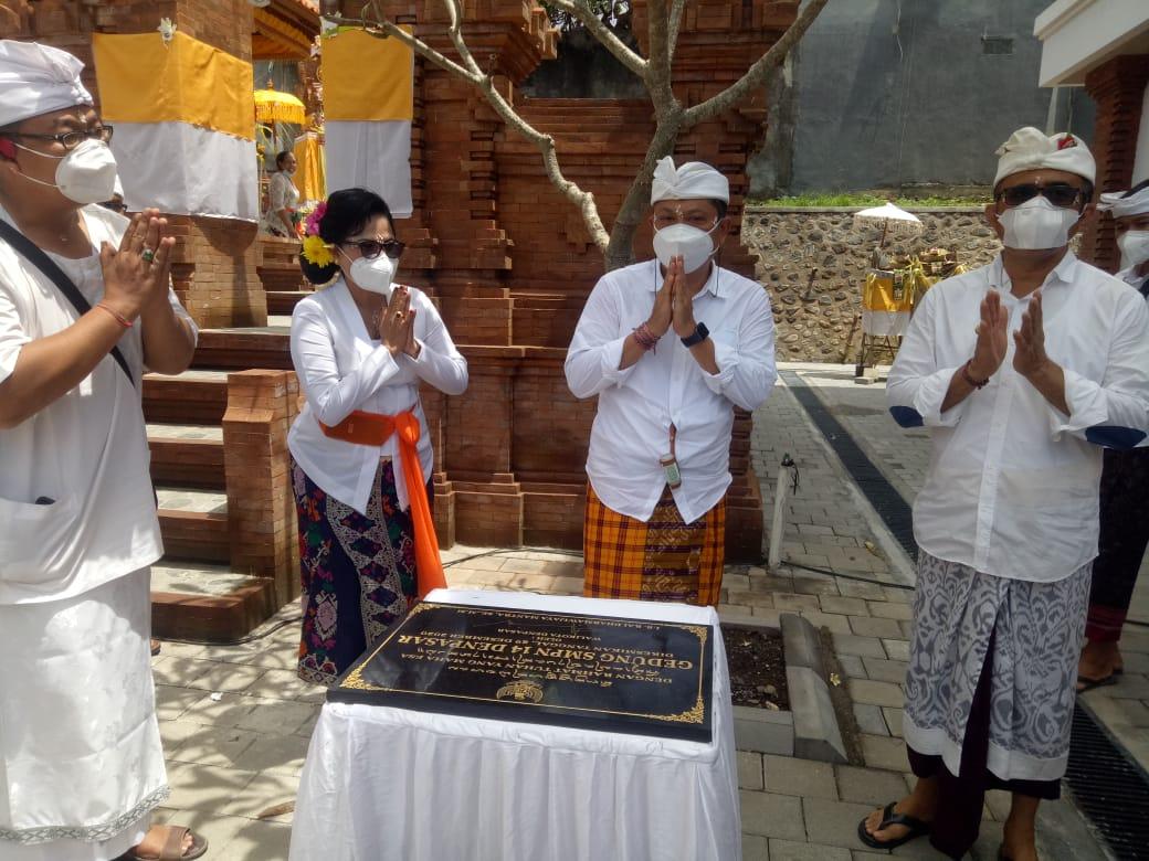 WALI Kota Denpasar, Ida Bagus Rai Dharmawijaya Mantra, di sela upacara mecaru rsi gana dan melaspas gedung SMPN 14 Denpasar, Selasa (29/12/2020). Foto: tra