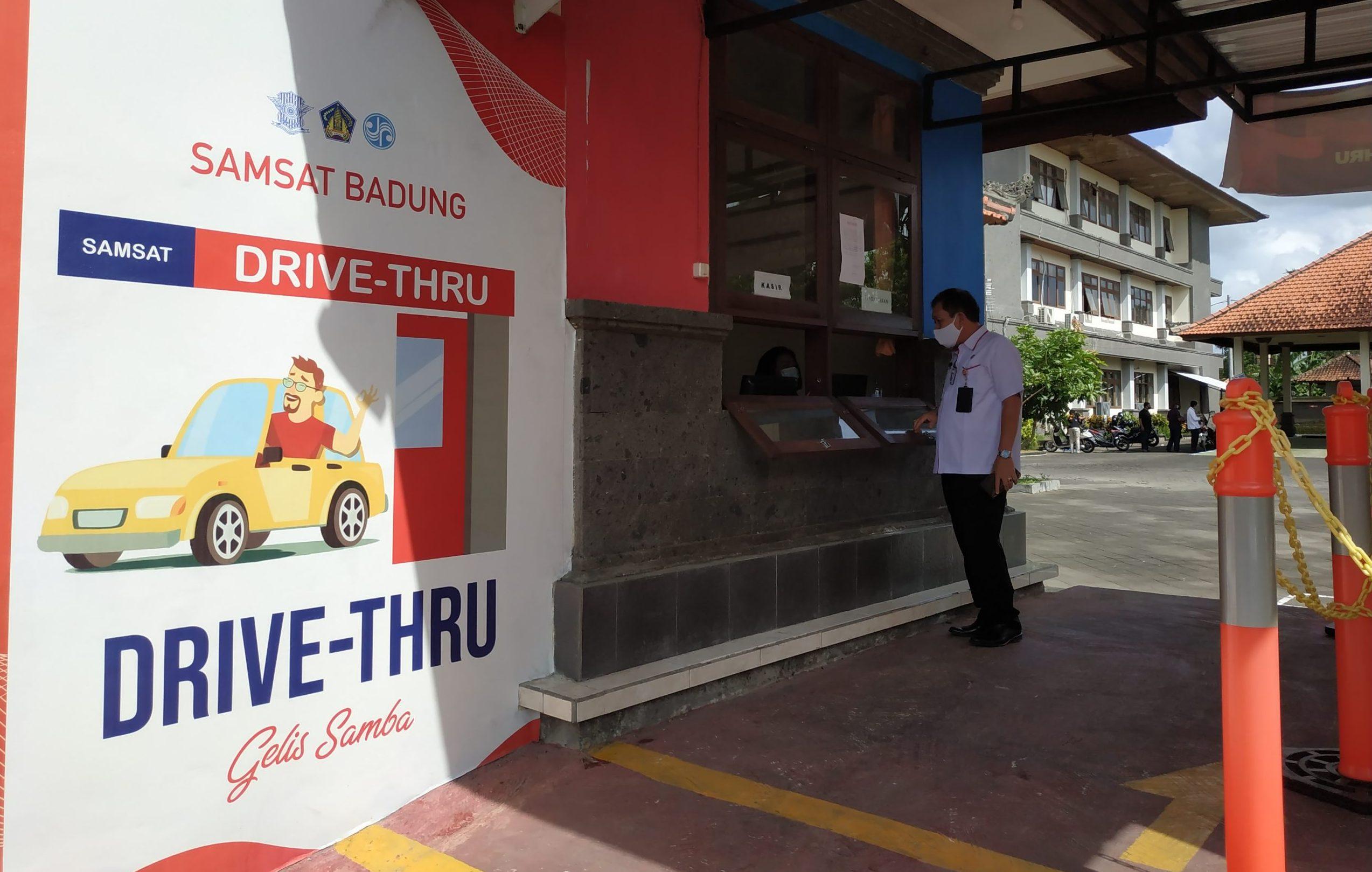 KEPALA UPTD Samsat Mengwi, I Made Ardana, saat memastikan layanan drive thru berjalan dengan optimal. Foto: nas