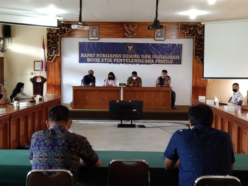 SOSIALISASI etik oleh DKPP di KPU Bali untuk mendapat saran-masukan dari penyelenggara terkait masuknya revisi UU Pemilu dalam Prolegnas DPR RI, Minggu (20/12/2020). Foto: ist