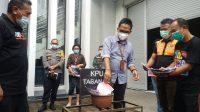 KPU Tabanan memusnahkan ratusan lembar surat suara yang rusak atau tidak layak pakai untuk Pilkada Tabanan 2020, di halaman depan Kantor KPU Tabanan, Jumat (4/12/2020). Foto: gap
