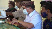 BUPATI Suwirta melakukan pengukuhan awig-awig Desa Adat Tribuana Sekar Sari, awig-awig Desa Adat Sakti, dan awig - awig Desa Adat Panca Sakti di Kecamatan Nusa Penida, Kamis (3/12/2020) di GOR Nusa Penida. Foto: ist