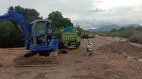 TAMPAK alat berat berada di kawasan pinggir pantai untuk mengeruk lahan pasir putih di desa Pejarakan, Buleleng. Foto: ist