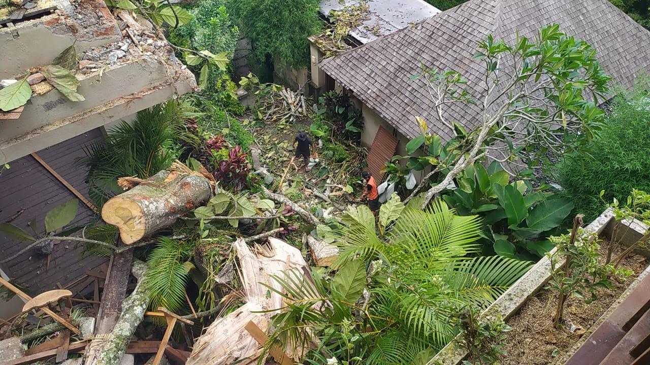 TERTIMPA pohon, bangunan villa mengalami kerusakan. Foto: adi