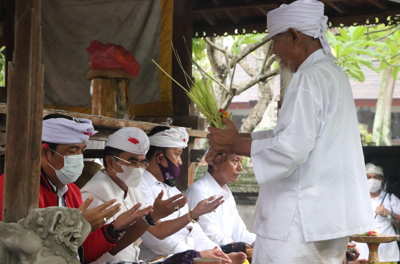PENUTUPAN masa kampanye Pilkada Tabanan 2020 ditandai dengan sembahyang bersama kedua paslon di Pura Luhur Puser Tasik, Tabanan, Sabtu (5/12/2020) petang. Foto: ist
