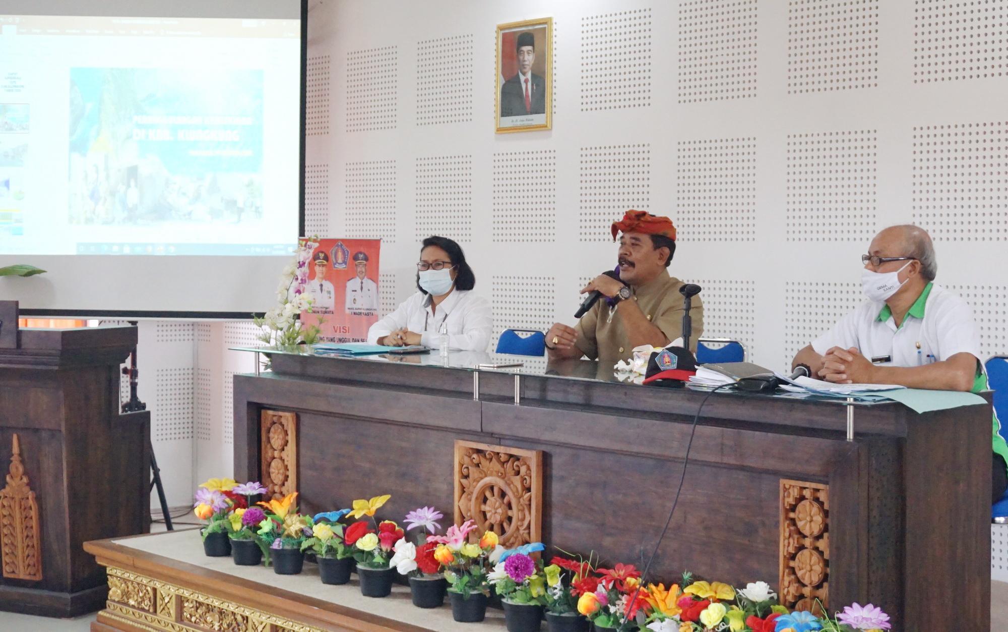 WAKIL Bupati Klungkung, I Made Kasta yang juga selaku Ketua TKPKD melakukan rapat TKPK di ruang rapat BPKPD Kabupaten Klungkung, Rabu (30/12/2020). Foto: ist