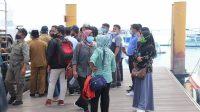 SEJUMLAH wisatawan domestik tengah menunggu antrian di Pelabuhan Bangsal, Pemenang KLU menuju kawasan Gili Trawangan. Foto: rul