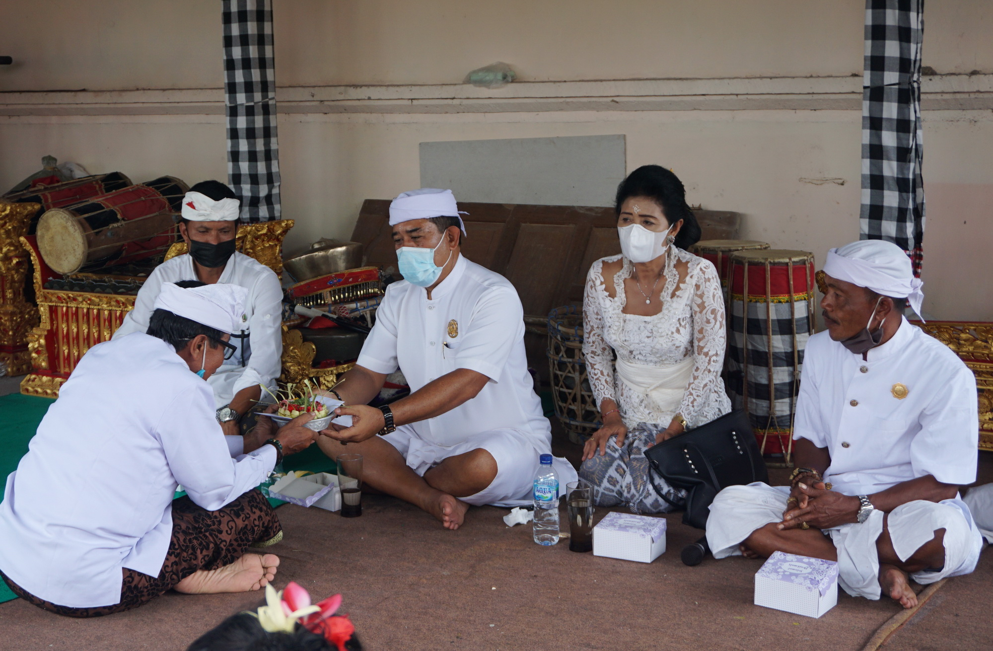 WABUP Kasta memberi dana punia saat pujawali di Pura Dalem Tangkup, Desa Adat Sengkiding, Kecamatan Banjarangkan, Selasa (15/12/2020). Foto: ist