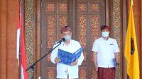 WALI KOTA Denpasar, IB Rai Dharmawijaya Mantra, resmi mengambil sumpah dan melantik I Made Adi Widiantara sebagai Penjabat Perbekel Desa Sidakarya pada Kamis (3/12/2020) di selasar Gedung Dharma Negara Alaya secara virtual. Foto: ist