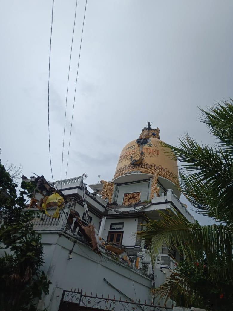 SEBUAH bangunan yang menjadi ikon di kawasan Desa Munggu, Kecamatan Mengwi, roboh diterjang angin kencang, Rabu (9/12/2020). Foto: ist