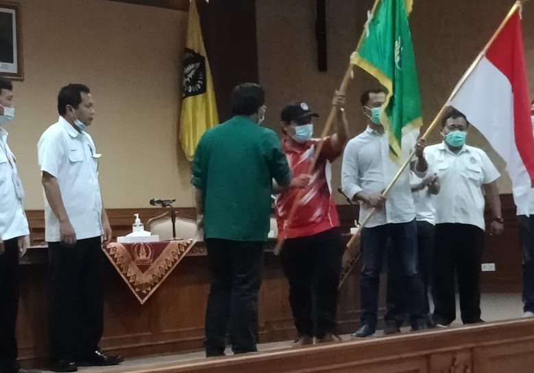 GRAHA Wicaksana, (tengah) menerima pataka PSSI seuasi terpilih sebagai Ketum Askab PSSI Badung. Foto: nar