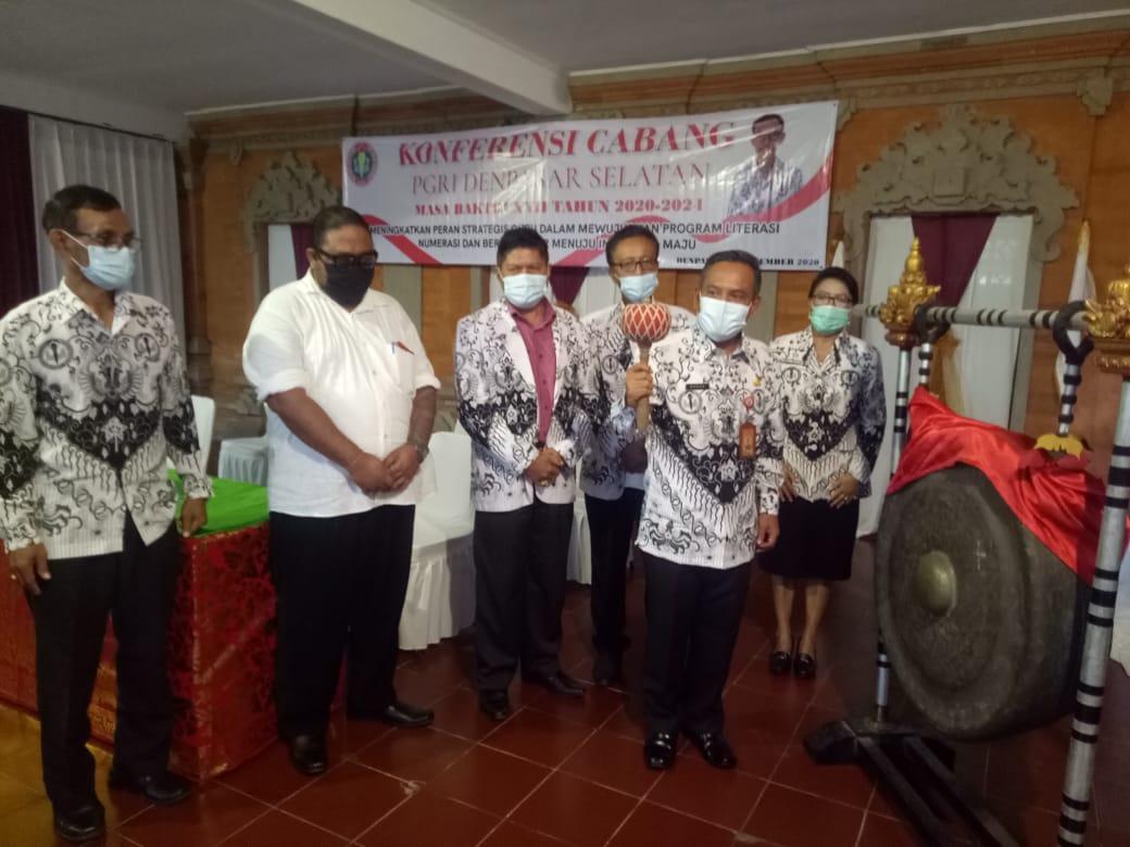 CAMAT Denpasar Selatan, I Wayan Budha, didampingi Ketut Suarya dan jajaran PGRI Denpasar Selatan saat membuka Koncab PGRI Kecamatan Denpasar Selatan, Selasa (22/12/2020). Foto: tra