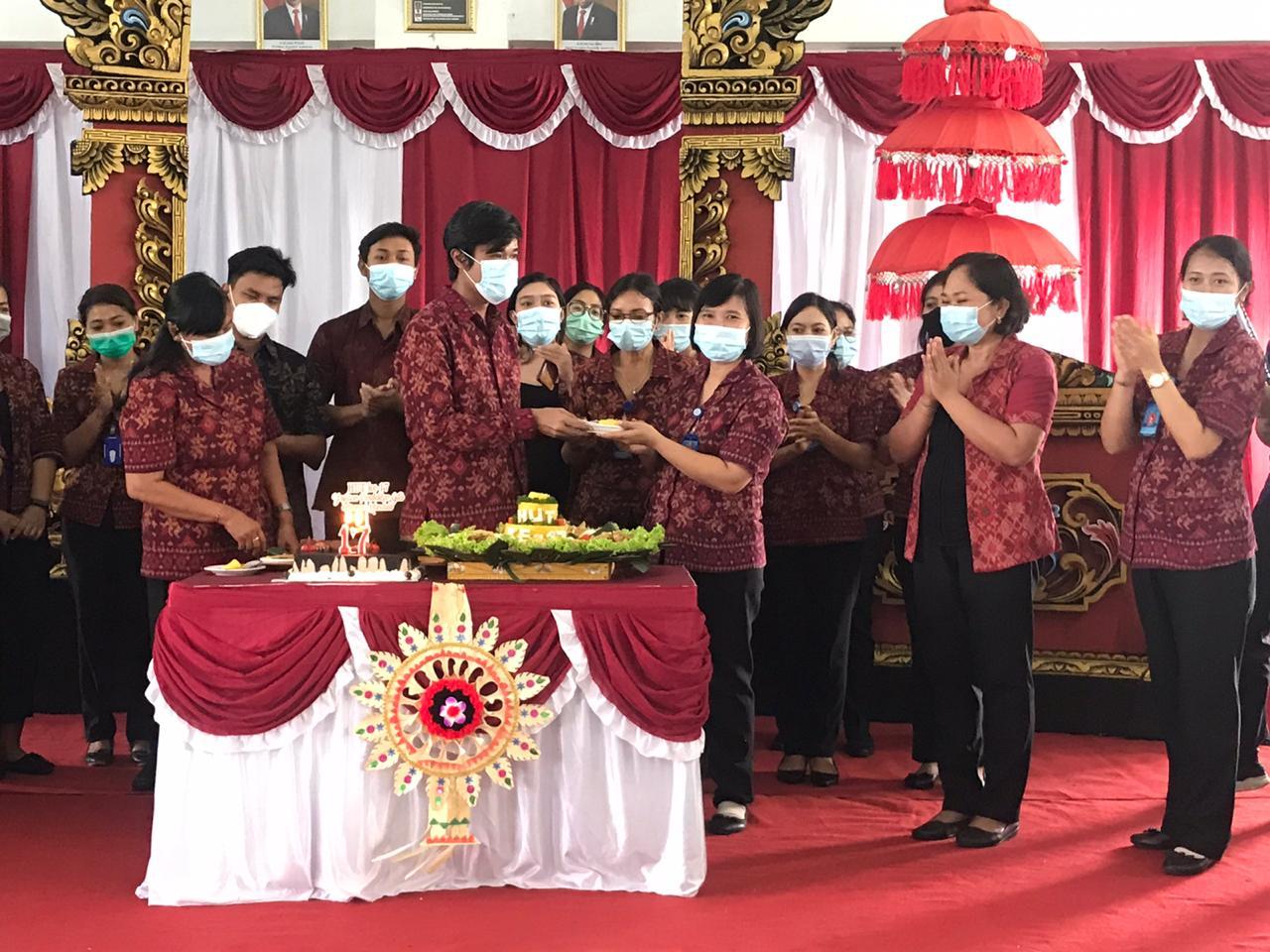 KETUA Yayasan Pendidikan Gita Asrama Mandala, I Wayan Cahyadi Adiguna, menyerahkan tumpeng HUT kepada Kepala SMK Bali Dewata, Ni Ketut Sutarsih. Foto: tra