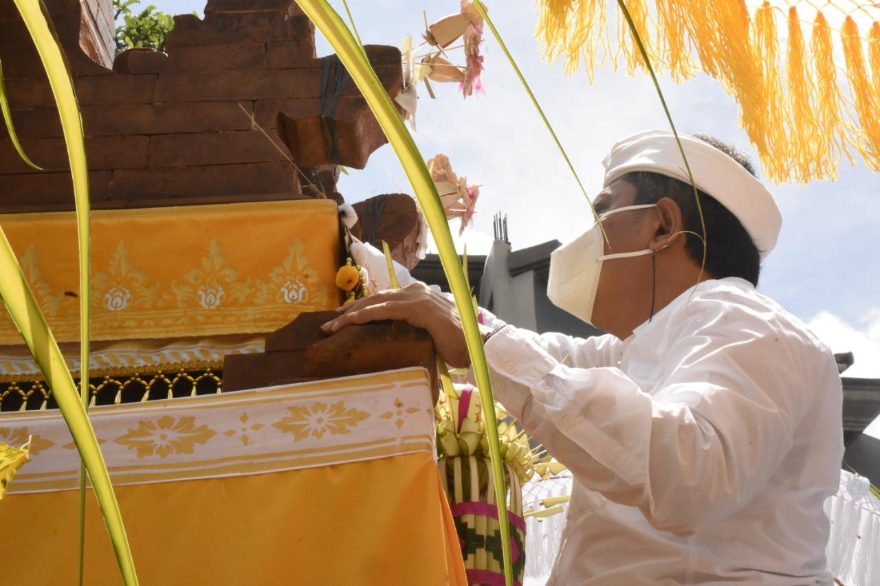 WALI Kota Denpasar, Ida Bagus Rai Dharmawijaya Mantra saat mendem pedagingan di Padmasana SMPN 14 Denpasar, Selasa (29/12/2020). Foto: tra