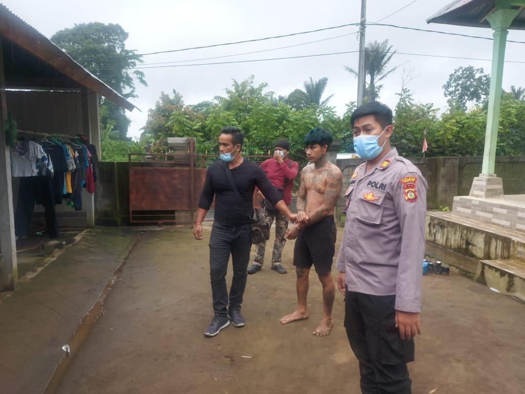 POLISI mengamankan pelaku penjambretan I Ketut Yudi Artana (23). Foto: ist