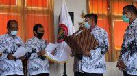 KETUA PGRI Kota Denpasar, Ketut Suarya, saat melantik pengurus Cabang PGRI Denpasar Utara periode 2020-2024, Jumat (4/12/2020). Foto: ist