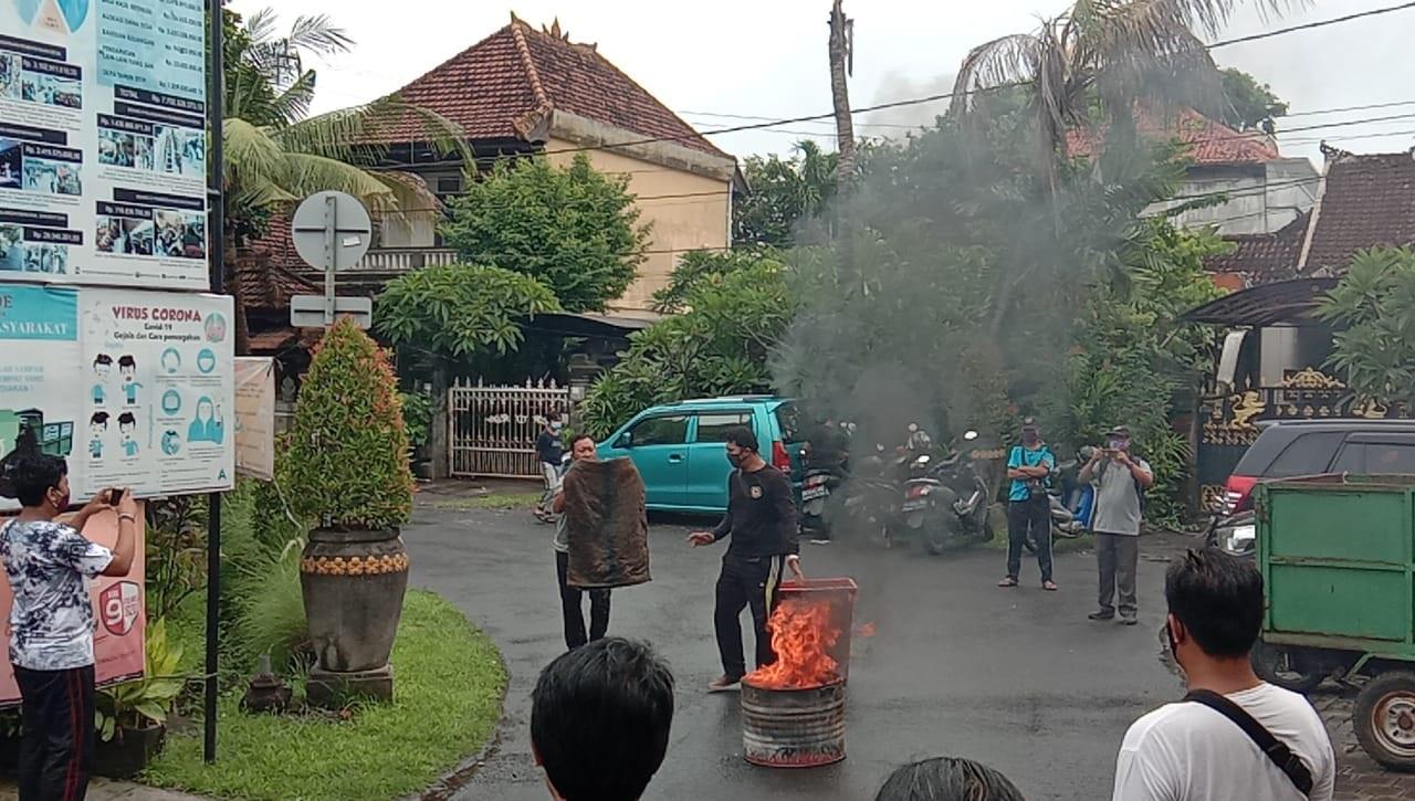 KEGIATAN latihan penanganan kebakaran di Desa Dangin Puri Kangin, Denpasar, Minggu (20/12/2020). Foto: ist