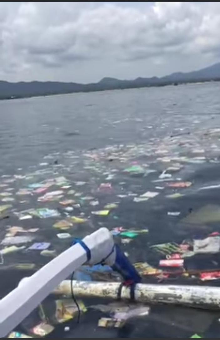 SAMPAH berserakan di tengah laut pantai kawasan Buleleng barat, Rabu (2/12/2020). Foto: ist
