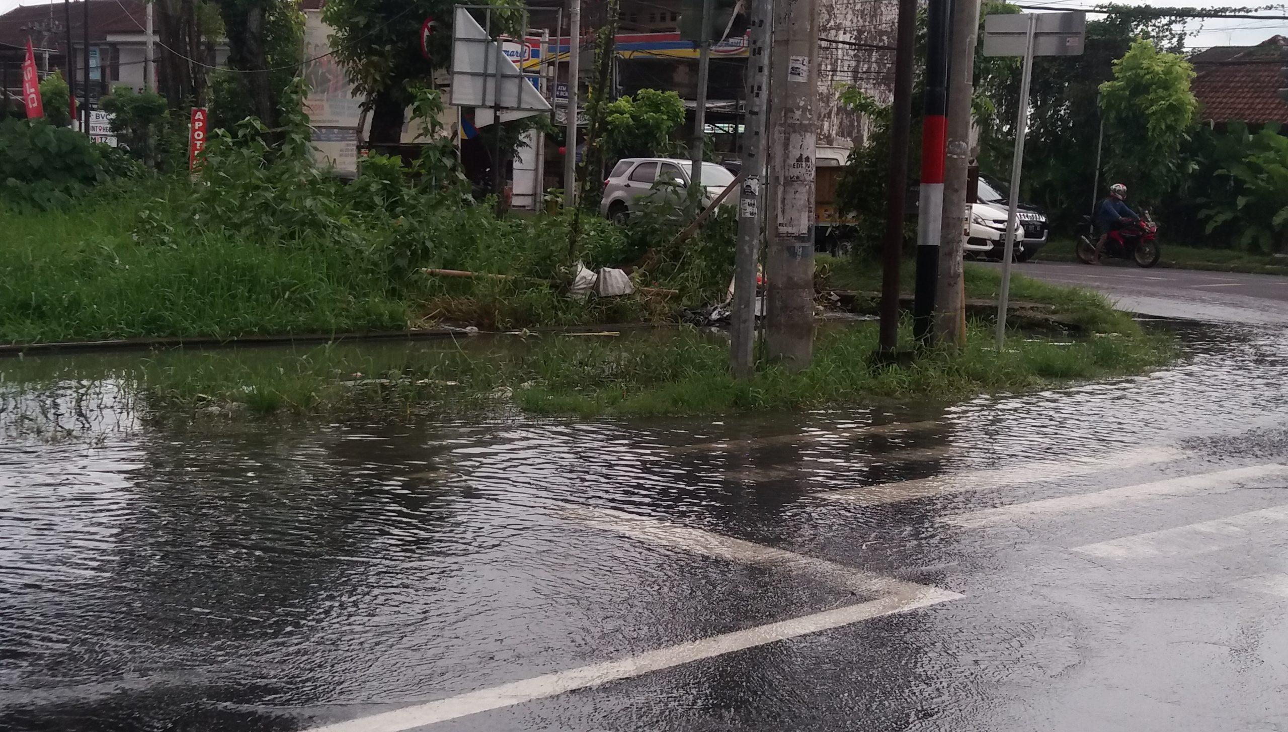 SAMPAH jadi salah satu sumber penyebab air parit meluap di sisi selatan Jalan Flamboyan Tabanan, Minggu (13/12/2020). Hal serupa juga terjadi di beberapa titik di seputaran Tabanan. Foto: gap