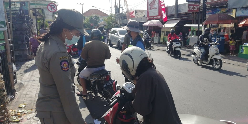 PELAKSANAAN operasi prokes di di Jalan Pulau Bungin, Desa Pemogan, Denpasar Selatan, Kamis (10/12/2020). Foto: ist
