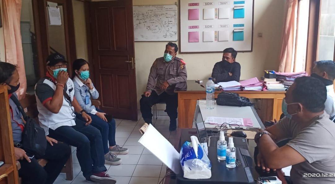 POLSEK Baturiti memanggil sejumlah saksi untuk dimintai keterangan atas adanya laporan uang tunai Rp94.188.000 yang hilang, Selasa (22/12/2020). Foto: ist