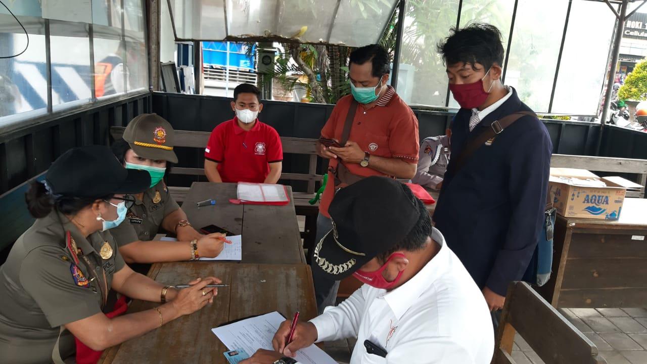 PENDATAAN pelanggar prokes masker dalam kegiatan operasi yustisi di simpang Jalan Cokroaminoto - Jalan Gunung Galunggung, Ubung Kaja, Denpasar Utara, Senin (7/12/2020). Foto: ist