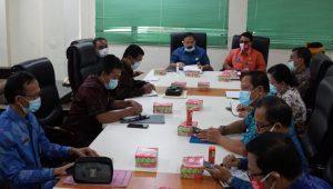 SEKDA Karangasem, I Ketut Sedana Merta, memimpin rapat terkait penanggulangan penyebaran Covid-19 di Karangasem, Selasa (1/12/2020). Foto: ist