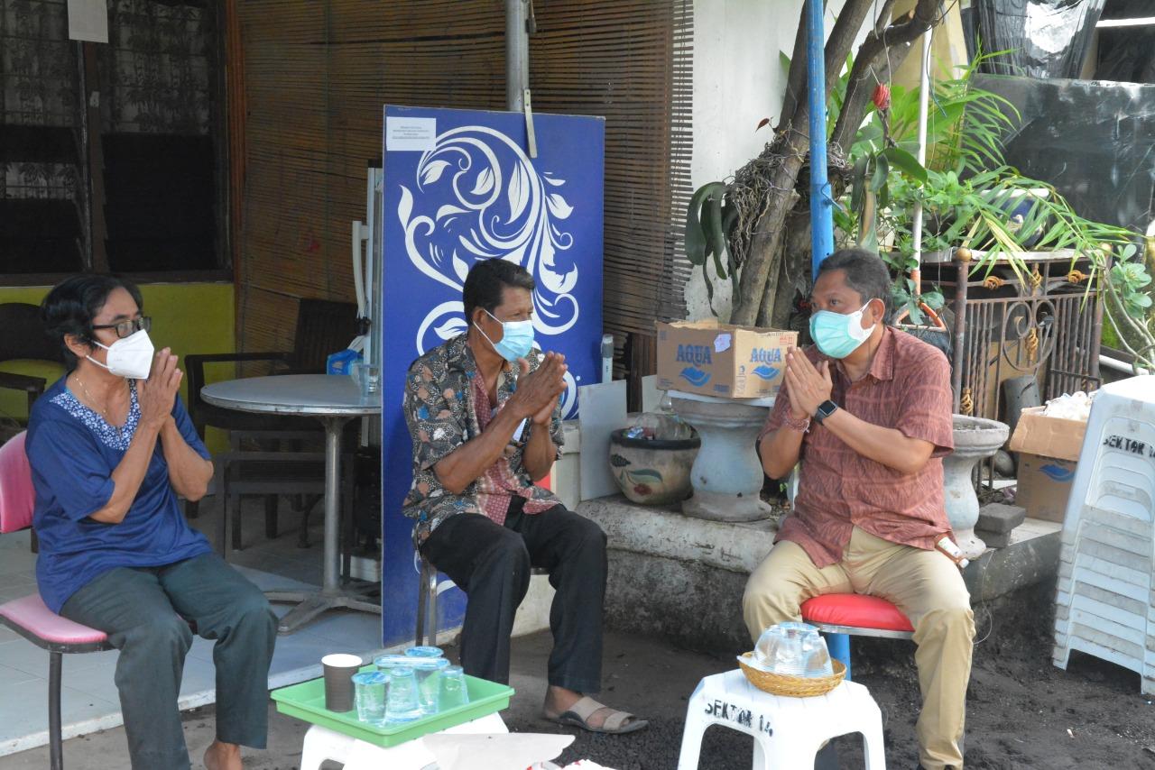 WALI Kota Rai Mantra saat berbincang dengan orangtua Mia Tresetyani Wadu pramugari pesawat Sriwijaya Air SJ-182 pada Senin (11/1/2021) di Kelurahan Panjer, Denpasar. Foto: ist
