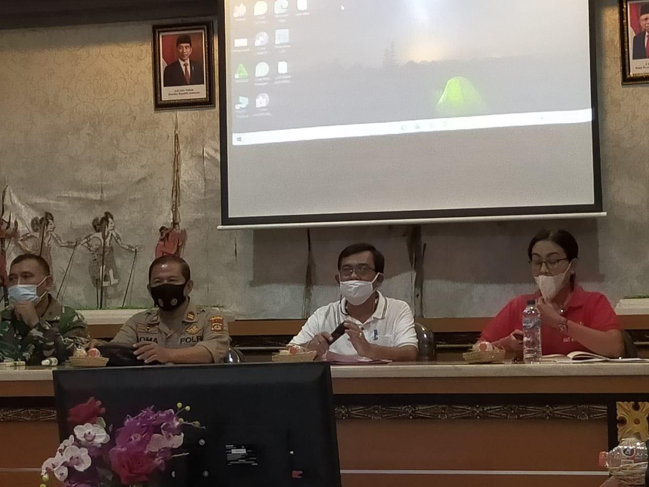 SOSIALISASI penerapan PPKM di Kantor Camat Denpasar Timur pada Minggu (10/1/2021) dibuka oleh Camat Dentim, I Wayan Herman. Foto: ist