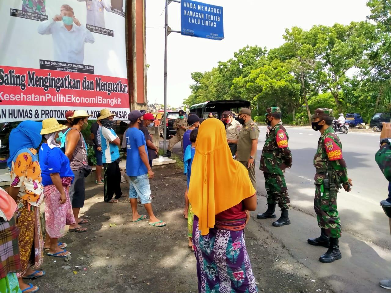 TIM yustisi saat memberikan pembinaan kepada warga saat penertiban prokes di jalan by pass wilayah Kesiman Kertalangu, Denpasar, Rabu (13/1/2021). Foto: ist