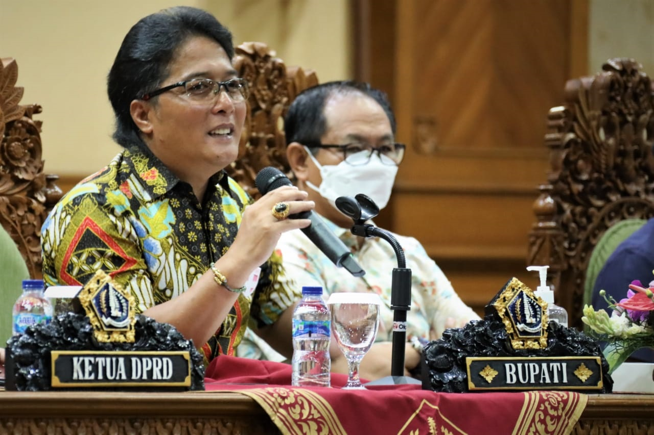 BUPATI Giri Prasta menyampaikan arahan terkait pelaksanaan APBD Tahun Anggaran 2021 di Puspem Badung, Rabu (13/1/2021). Foto: ist