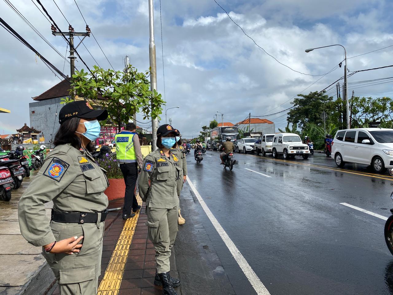 PETUGAS gabungan saat kegiatan operasi yustisi khususnya pemakaian masker pada Kamis (14/1/2021) di Jalan Mahendradata, Denpasar. Foto: ist
