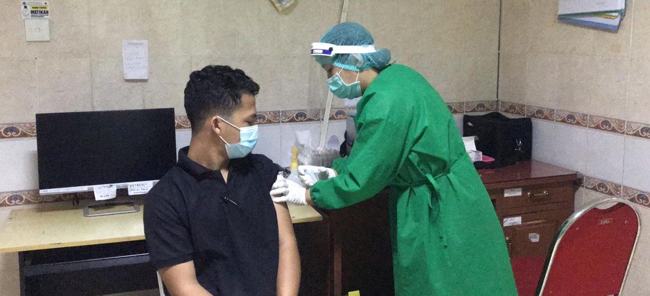 PELAKSANAAN vaksinasi Covid-19 di salah satu puskesmas di Kota Denpasar. Foto: ist