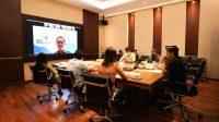 SEKDA Adi Arnawa mengikuti rapat virtual PDF proyek KPBU JLS dari Ruang Rapat Sekda Puspem Badung, Kamis (21/1/2021). Foto: ist