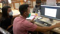 APARAT Kecamatan Denut membantu warga mengakses pelayanan daring melalui inovasi Paksi Mas Denut. Foto: ist
