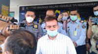 SERGEI Konsenko saat dibawa dari kantor Imigrasi Kelas I Khusus TPI Ngurah Rai untuk dideportasi. Foto: ist