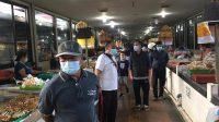 PENGAWASAN penerapan disiplin protokol kesehatan di salah satu pasar tradisional di Denpasar pada Minggu (24/1/2021). Foto: rap