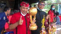 KETUA Ketua PAC PDIP Payangan, I Nyoman Kandel, memegang piala PAC yang diperebutkan 10 klub. Foto: adi