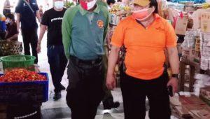 PETUGAS gabungan melakukan sidak penerapan PPKM di sejumlah tempat umum dan pasar di wilayah Kecamatan Denpasar Utara, Minggu (17/1/2021). Foto: ist
