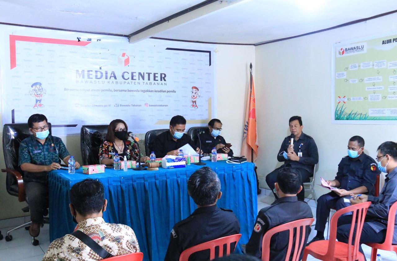BAWASLU Bali menggelar rakor untuk membuat laporan kegiatan penanganan pelanggaran pilkada, di Ruang Rapat Kantor Bawaslu Tabanan, Senin (18/1/2021). Foto: gap