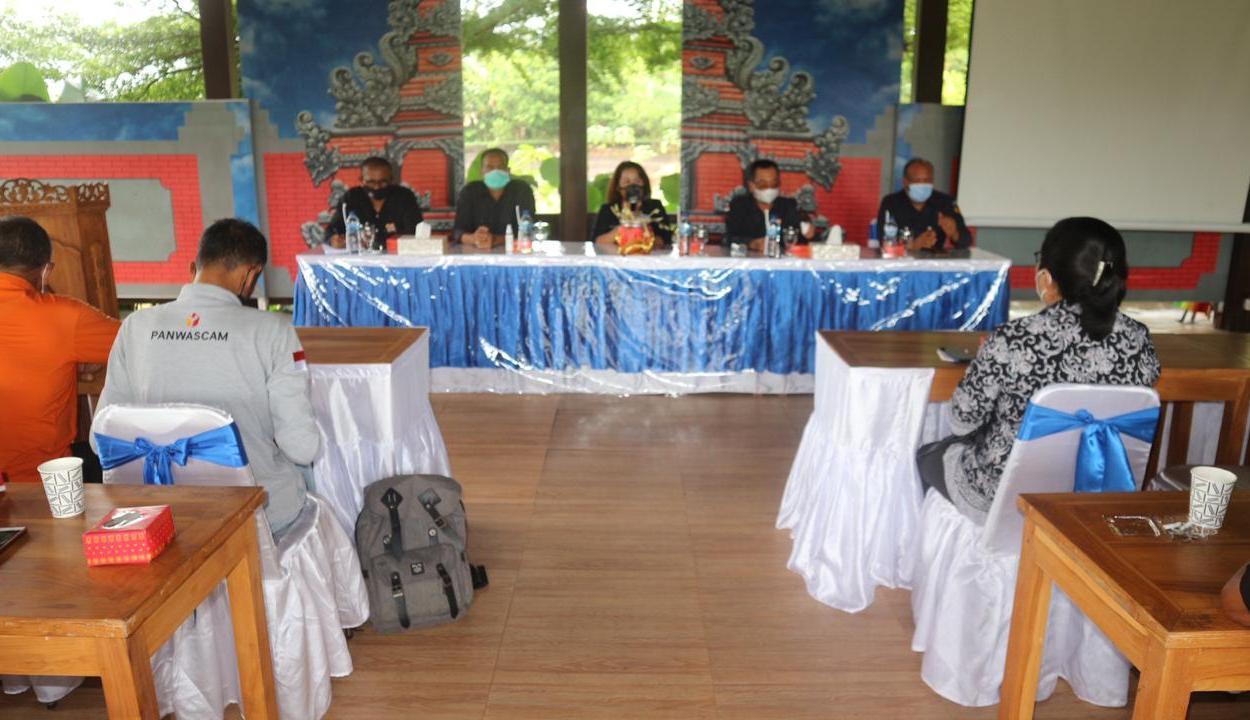 RAPAT evaluasi usai penetapan hasil Pilkada Tabanan 2020, yang diselenggarakan Bawaslu Tabanan, Senin (11/1/2021). Foto: gap