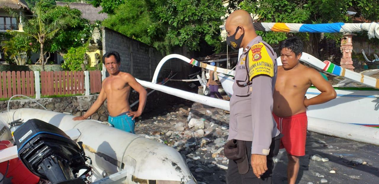 BOAT karet tanpa awak yang ditemukan nelayan I Nyoman Sinta (50) di tengah perairan laut Bunutan, Kamis (14/1/2021). Foto: nad