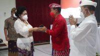 BUPATI Karangasem, I Gusti Ayu Mas Sumatri yang juga calon bupati dalam Pilkada 2020 menyalami bupati terpilih I Gede Dana pada rapat plebo KPU setempat, Sabtu (23/1/2021). Foto: nad